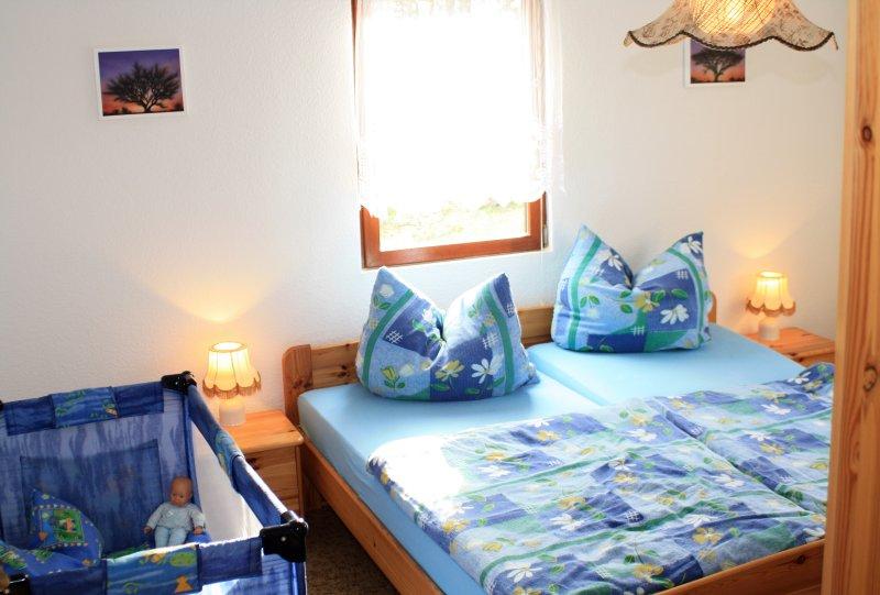 Schlafzimmer 1 im UG mit Kinderbett